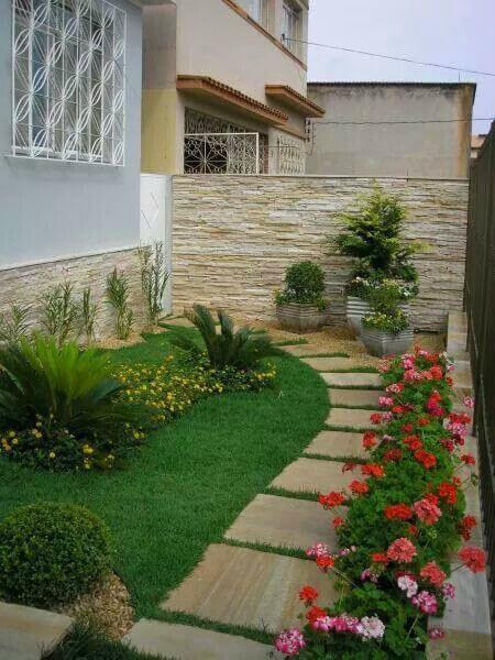 Jardim residencial com caminho de pedras
