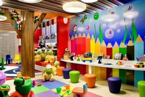 Sala de aula com paredes e decoração coloridas