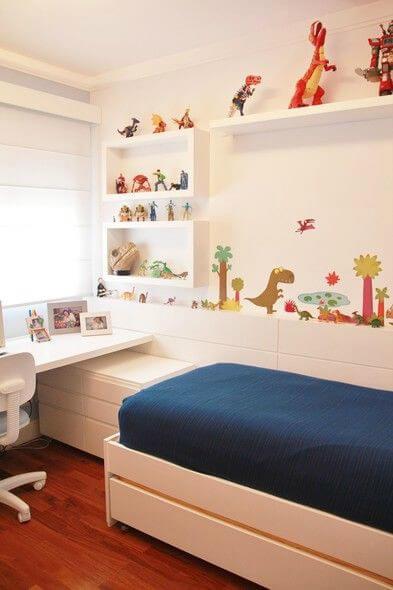 Quarto infantil com paredes brancas