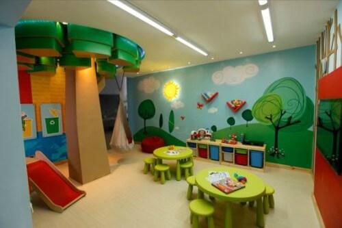 Sala de aula com paredes e mobiliário coloridos