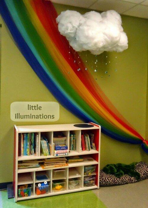 Sala de aula com decoração de arco-iris