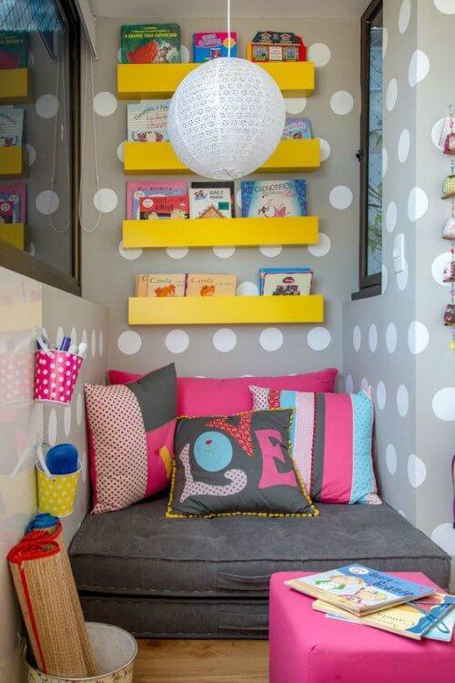 Ambiente com prateleiras e almofadas