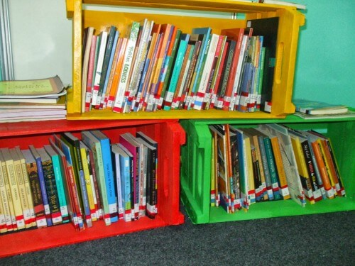 Caixotes de feira sendo usados como porta-livros e revista