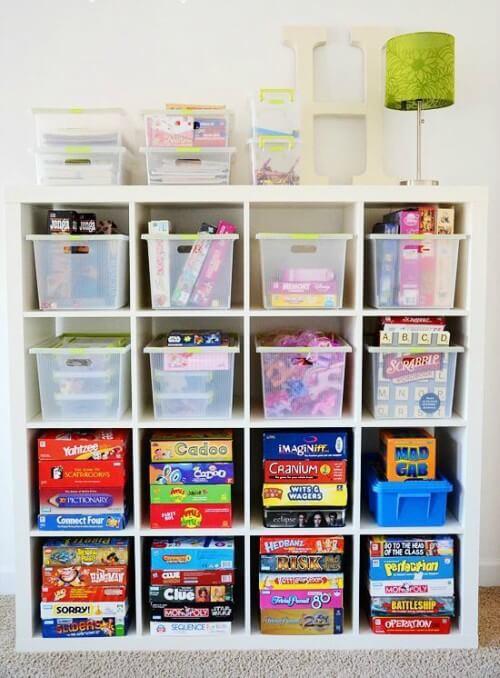 Prateleiras com caixas de plástico para organizar brinquedos.