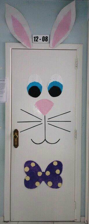 Porta de sala de aula decorada com desenho de coelho