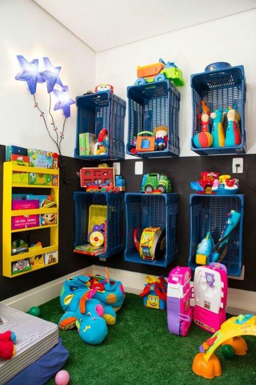 Brinquedoteca com caixas organizadoras e tapete de grama sintética