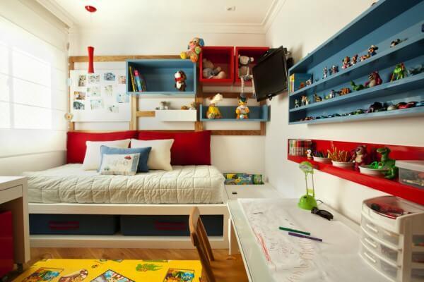 Quarto infantil com mobília colorida