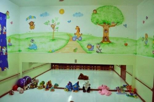 Brinquedoteca com parede decorada
