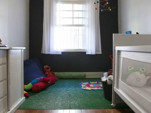 Quarto infantil com tapete de grama sintética