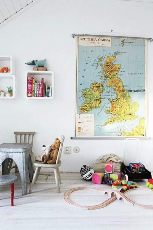 Brinquedoteca com mapa mundi na parede