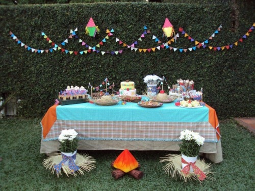 Mesa com doces decorada para festa junina