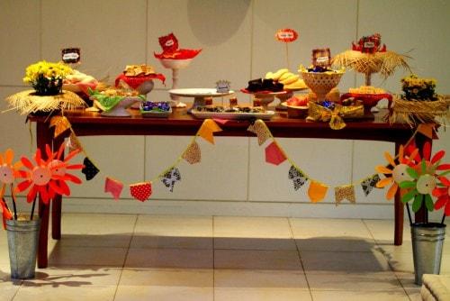 Mesa decorada com bandeirinhas de São João