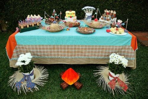 Mesa de comidas decorada para festa de São João