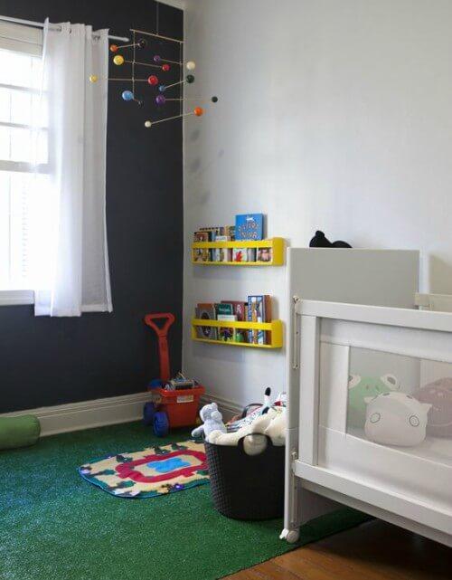 Quarto infantil com estante de livros e tapete de grama sintética