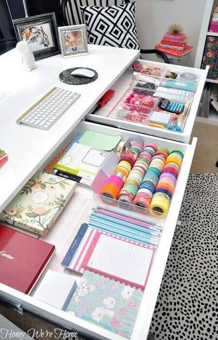 gavetas na mesa do escritorio