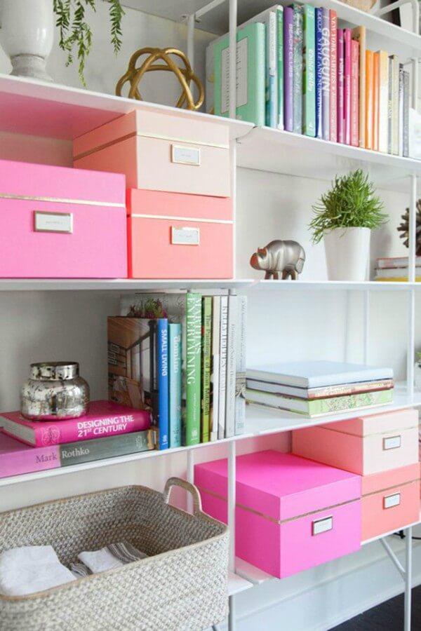 caixas estiquetadas em escritorio