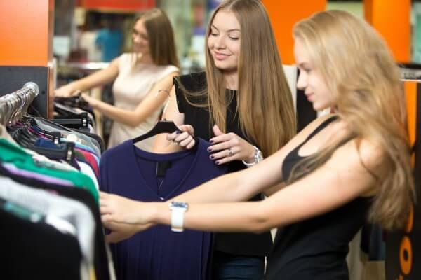 Mulheres procurando roupas em uma loja