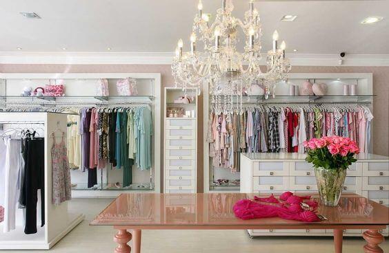 Imagem mostrando exposição dos produtos em loja de roupas de produtos