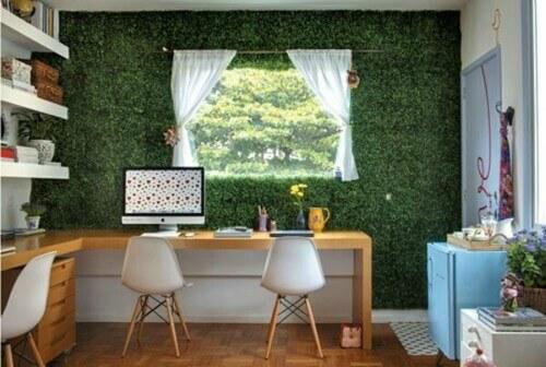 Ambiente de trabalho com parede de grama sintética