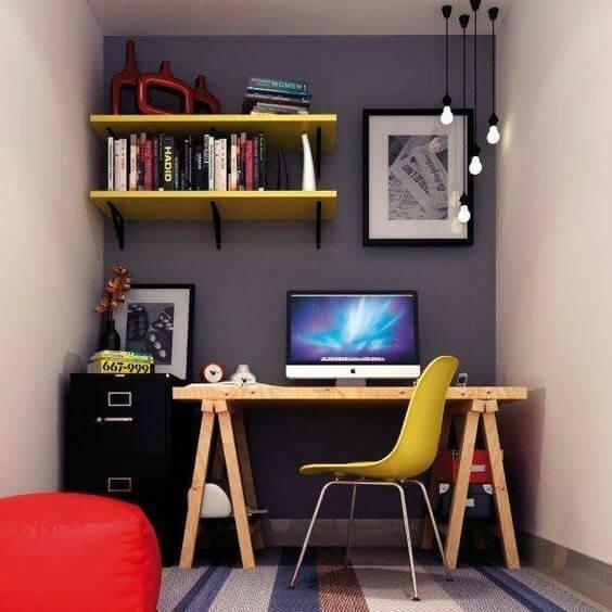 Escritório com mesa de cavalete e cores sóbrias nas paredes
