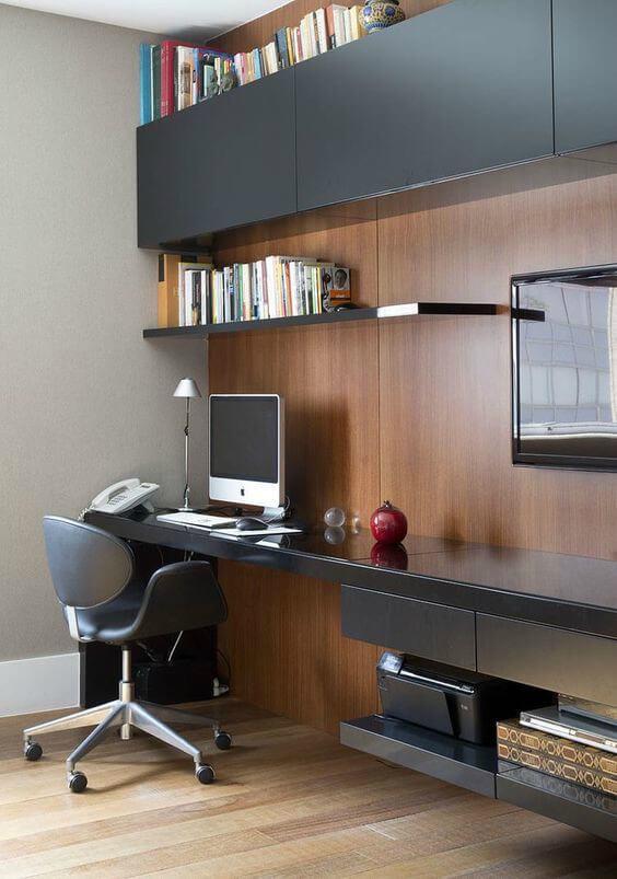 Móveis explorando os espaços verticais em escritório