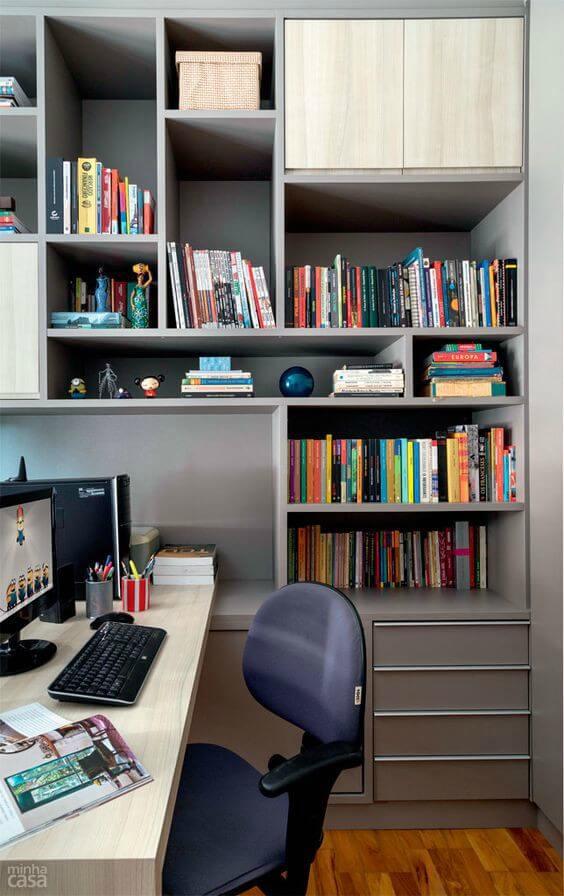 Estante com livros em escritório