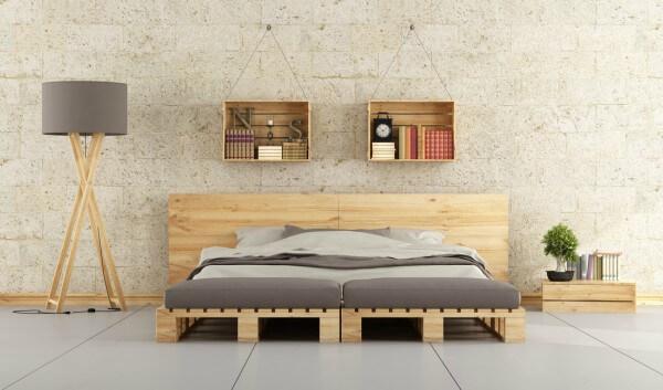 Quarto mostrando suporte e cabeceira de cama feitos com pallets