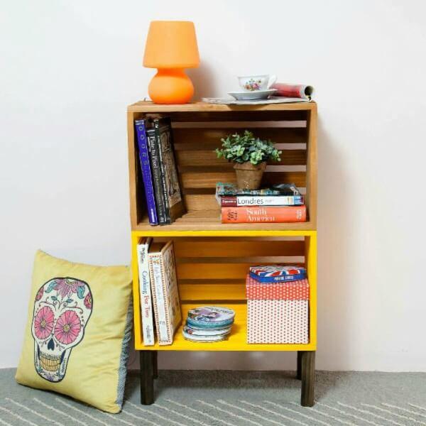 Pequeno armário amarelo feito com caixotes de feira