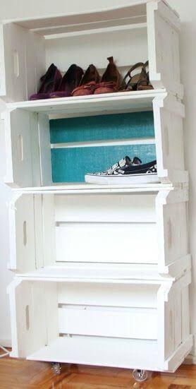 Armário branco para sapatos feito com caixotes de feira