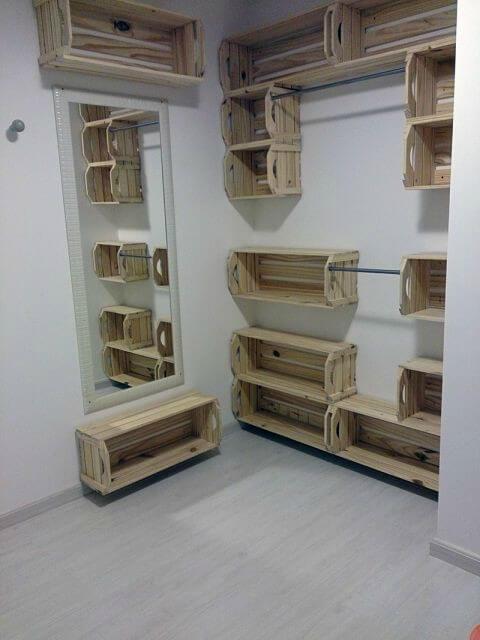Nichos de closet feitos com caixotes de feira