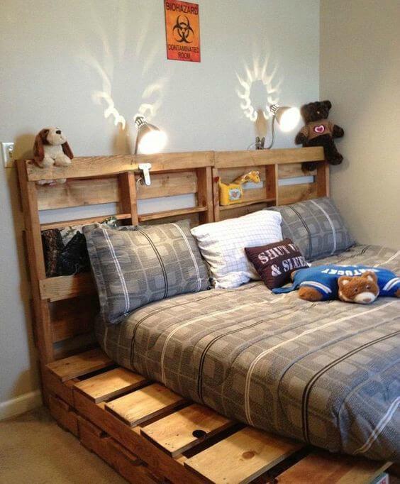 Pallets em suporte e cabeceira de cama