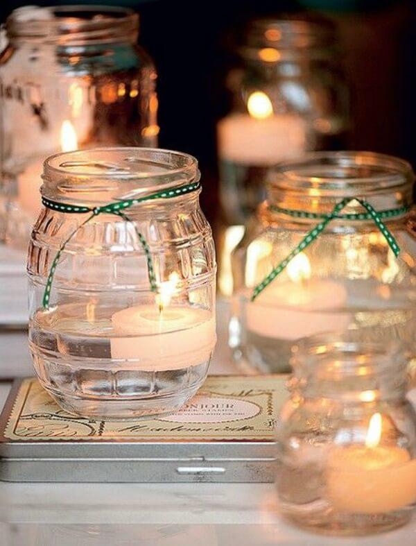 Luminárias de vela e água feitas com potes de pepino