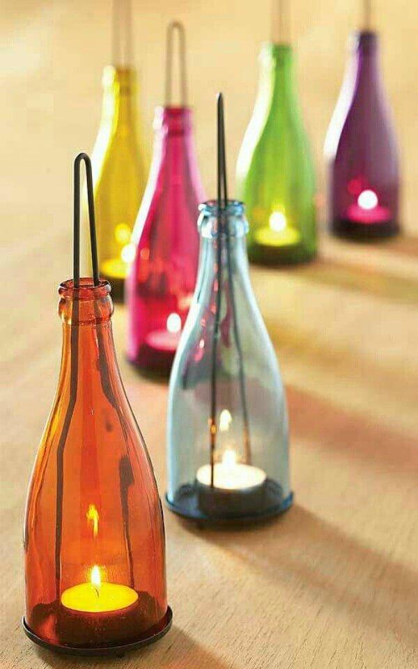 Luminárias de vela feitas com garrafas de vidro coloridas