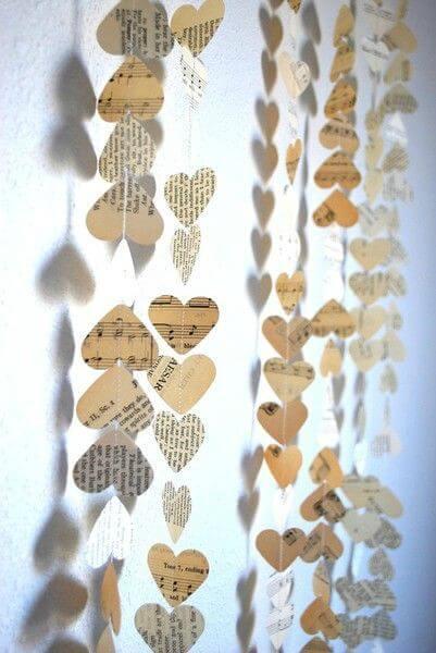 Corações de papel pendurados em barbante