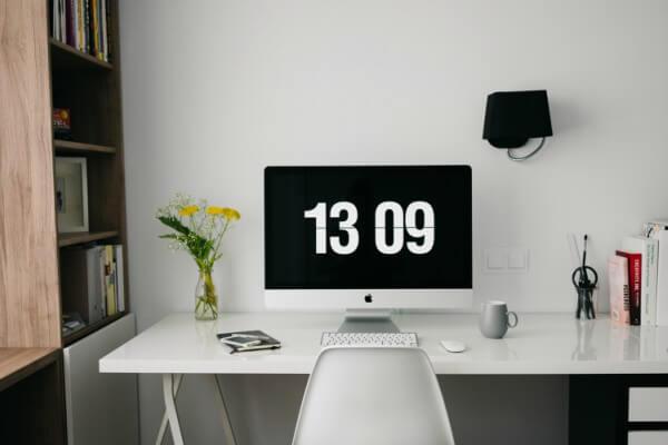 Mesa de home office com computador e materiais de escritório