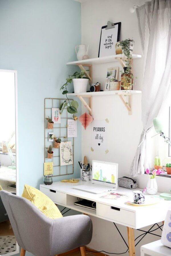 Mesa com objetos de escritório em home office