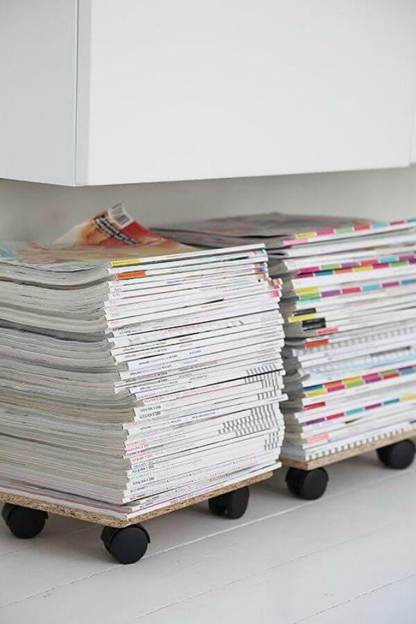 Suportes para revistas feitos com placas de madeira