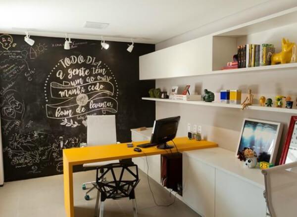 Escritório compacto com móveis planejados e parede de lousa