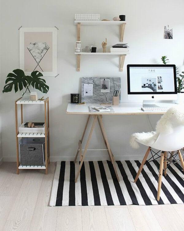 Escritório minimalista com mesa de cavaletes