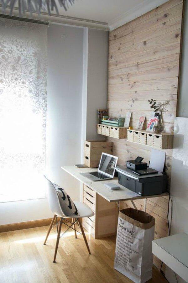 Espaço de home office em ambiente iluminado