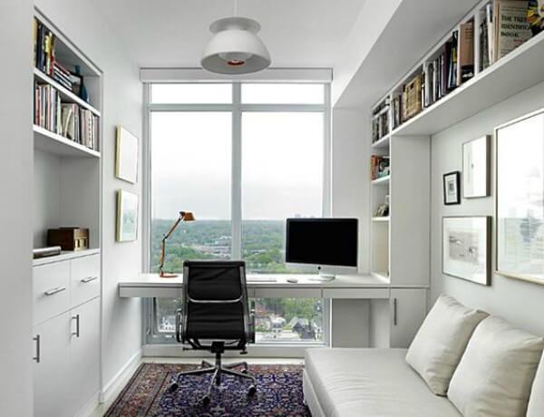 Escritório com janela proporcionando iluminação natural