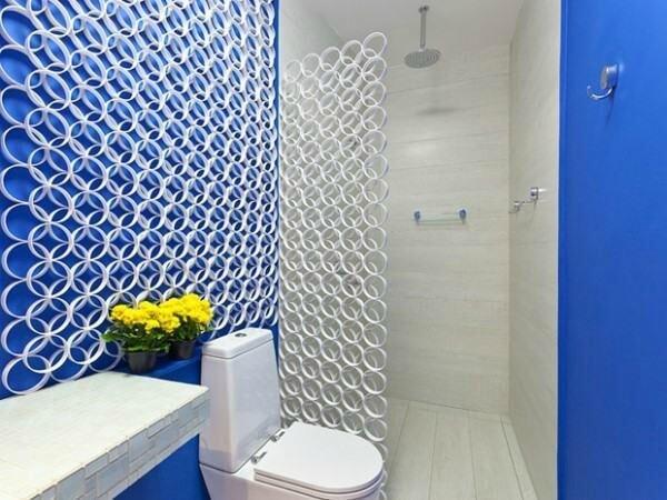 Decoração em banheiro com resto de canos de PVC