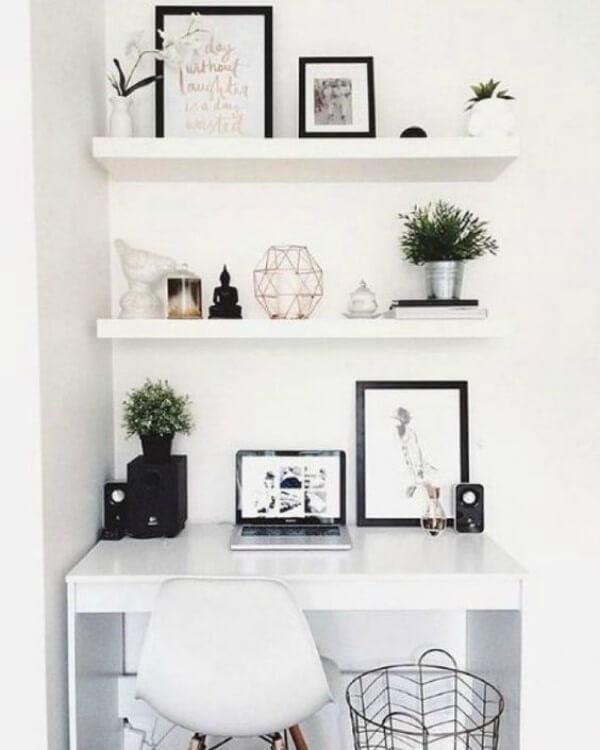 Home office com mesa e prateleiras