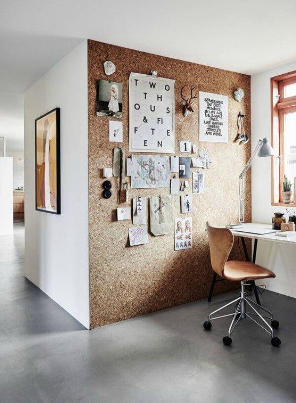 Home office com parede em cortiça