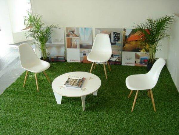Cadeiras em cima de grama sintética