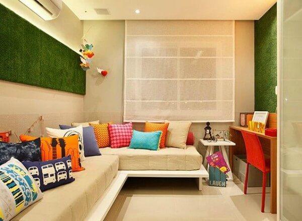 Ambiente com grama sintética decorativa na parede
