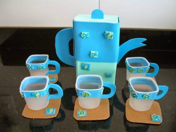 Brinquedos infantis feitos com caixa de leite e embalagem de iogurte