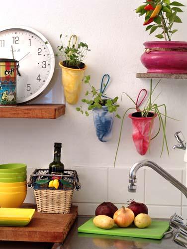 filtros de cafe como vazos de planta suspensos na parede