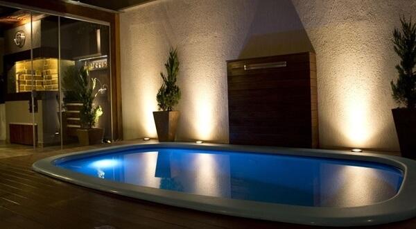 Iluminação ao redor da piscina