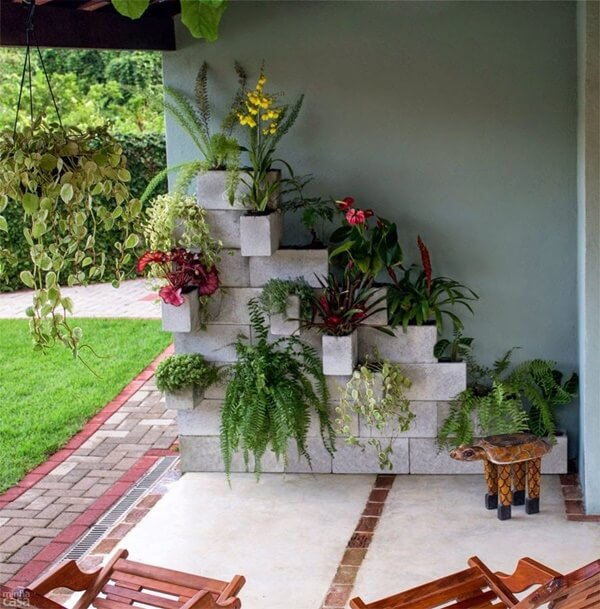 Use blocos de concreto no jardim